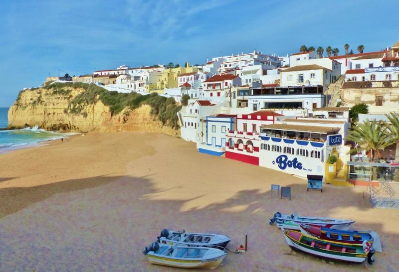 Algarve village de Carvoeiro à flanc de falaises