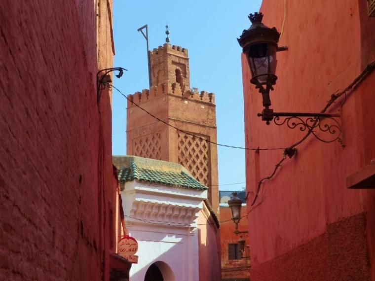 Marrakech rue vue sur une mosquée