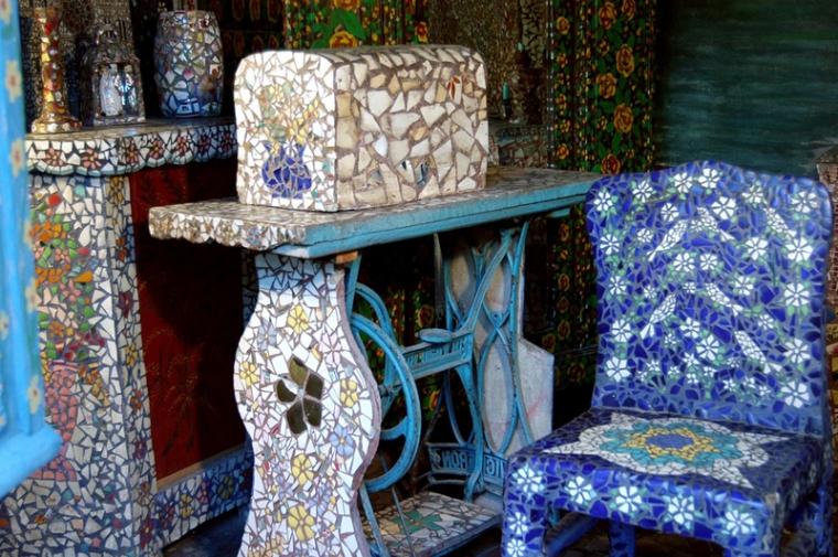 Maison-Picassiette---Chartres-detail-machine-a-coudre-chaise-bleue-1